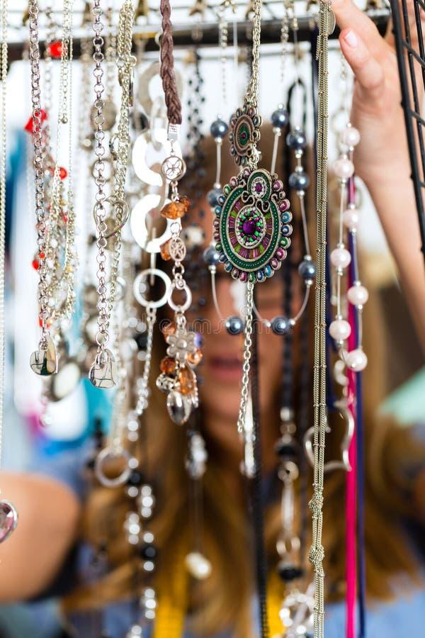 Progettista dei gioielli con i pezzi di raccolta fotografia stock
