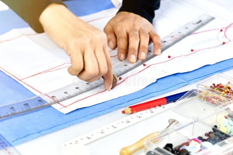 Progettista del sarto da donna che fa l'indumento di misura e del modello fotografia stock libera da diritti