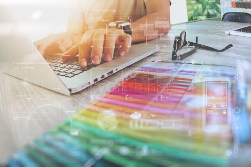 Progettista del sito Web che lavora il computer portatile digitale del computer e della compressa con fotografia stock libera da diritti