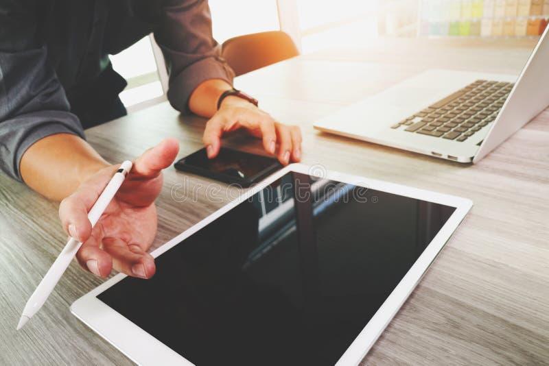 Progettista del sito Web che lavora la compressa digitale dello schermo in bianco fotografia stock