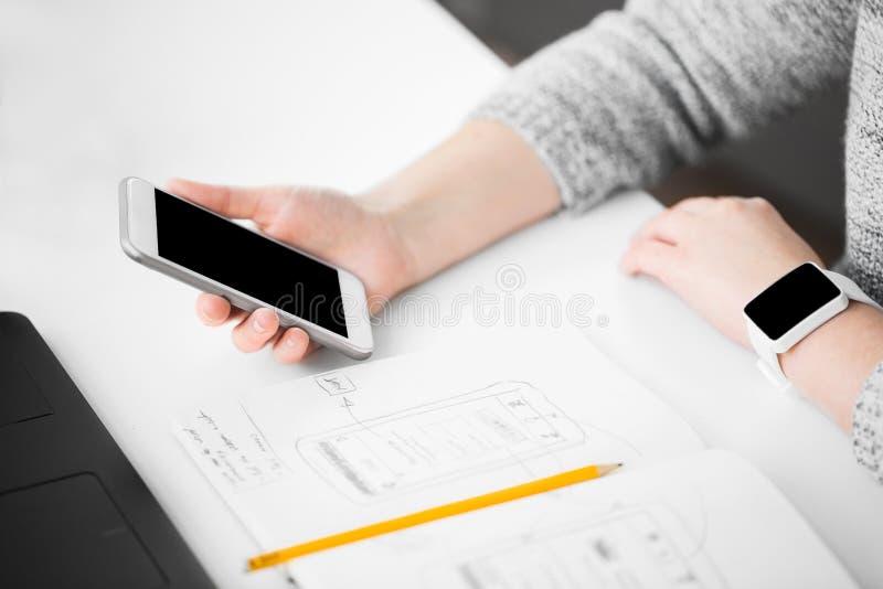 Progettista di web che crea l'interfaccia utente mobile immagini stock