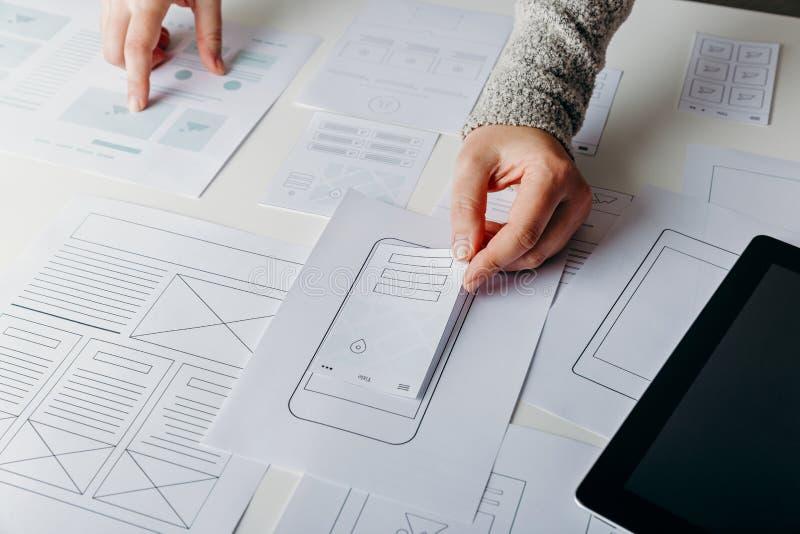 Progettista di web che crea sito Web rispondente mobile immagini stock