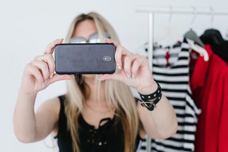 Progettista mobile di blogger di tendenza del selfie di fotografia immagini stock
