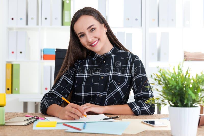 Progettista sorridente della donna fotografie stock libere da diritti