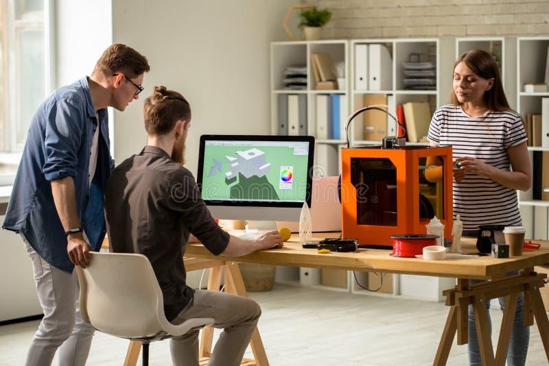 Progettisti che creano il modello di Digital 3D per stampare fotografie stock