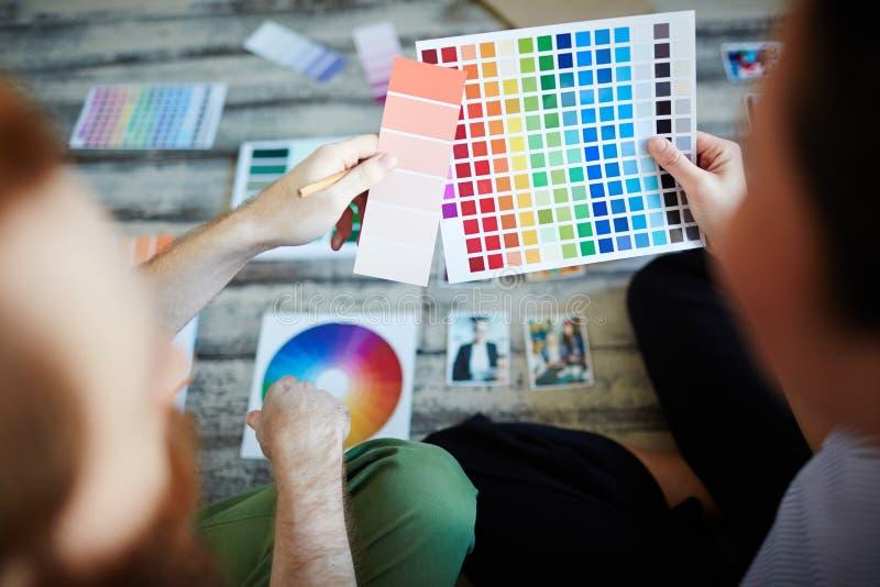 Progettisti che scelgono la tavolozza di colore fotografia stock
