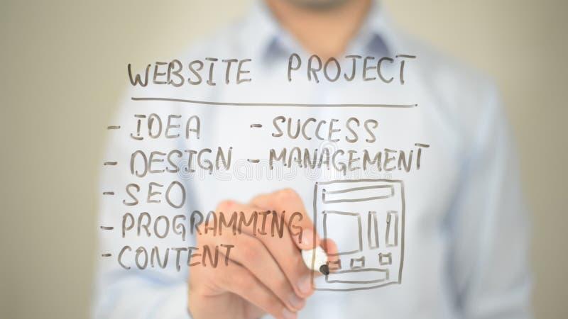 Progetto del sito Web, concetto, scrittura dell'uomo sullo schermo trasparente immagine stock libera da diritti