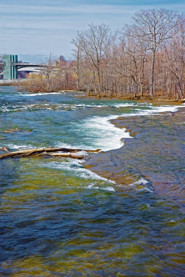 Progi w Niagara rzece i tęcza moscie na tle zdjęcia stock
