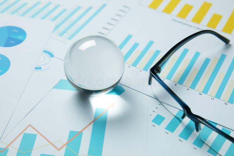 Prognose und Plan des Geschäftshandels auf Lager mit Glaskugel stockbilder