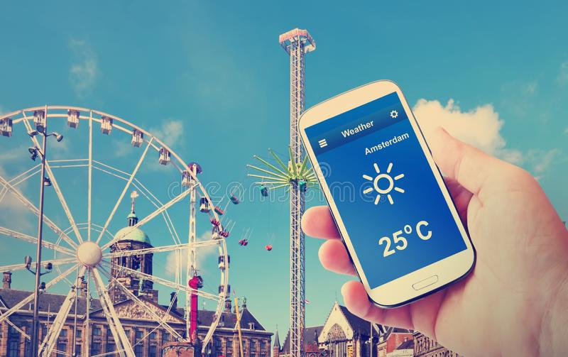 Prognoza pogody Ferris koła przyciąganie na Dam Square Amsterdam pogodny pejzaż miejski Holandie obraz royalty free