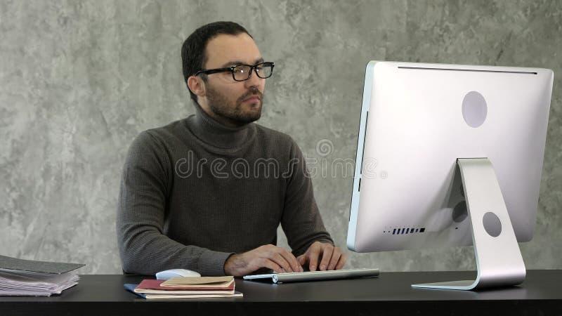 programação Homem que trabalha no computador nele o escritório, sentando-se em códigos da escrita da mesa Código de dados de dati foto de stock