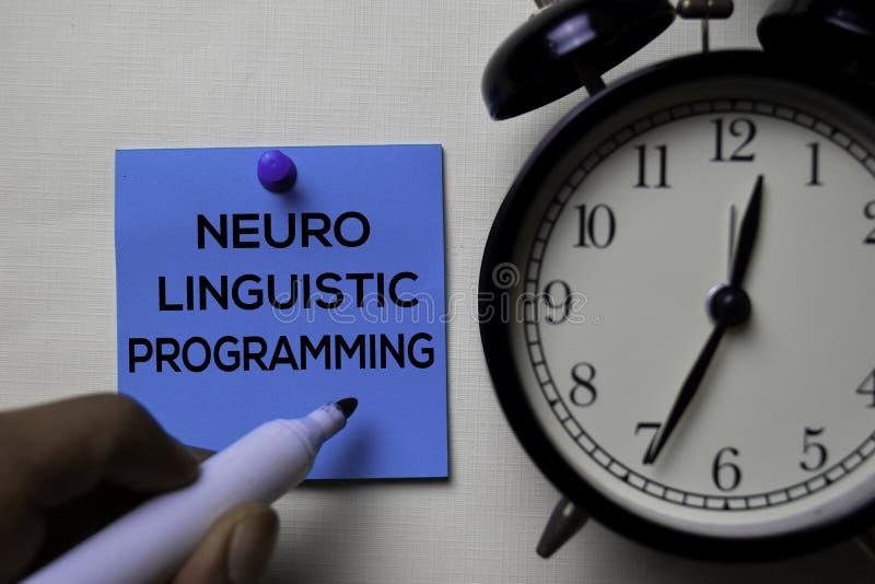 Programação lingüística Neuro - texto do NLP nas notas pegajosas isoladas na mesa de escritório imagens de stock