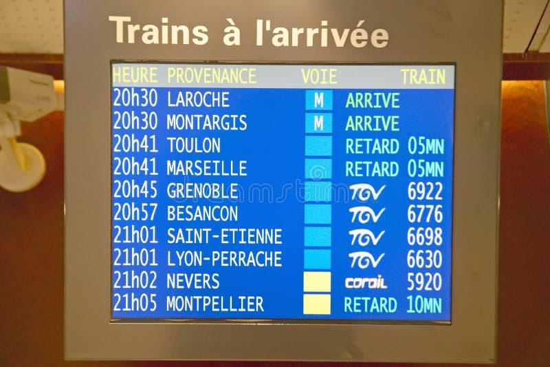 Programação para os trens que chegam na estação do Gare de Lyon, Paris, França foto de stock
