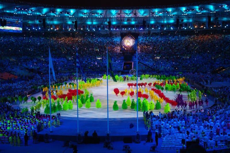 Programa artístico durante as cerimônias Rio2016 de fechamento imagem de stock