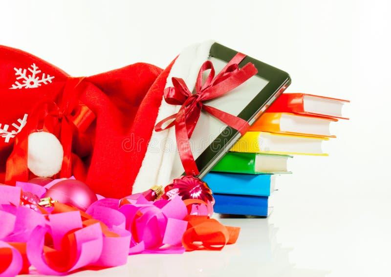 Programa de lectura electrónico del libro con la pila de libros en bolso foto de archivo libre de regalías