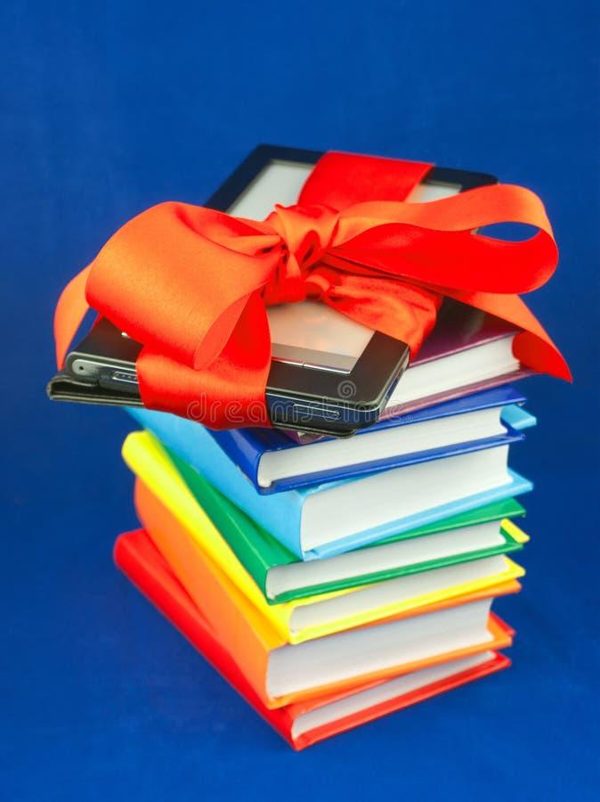 Programa de lectura electrónico del libro implicado con la cinta roja fotos de archivo