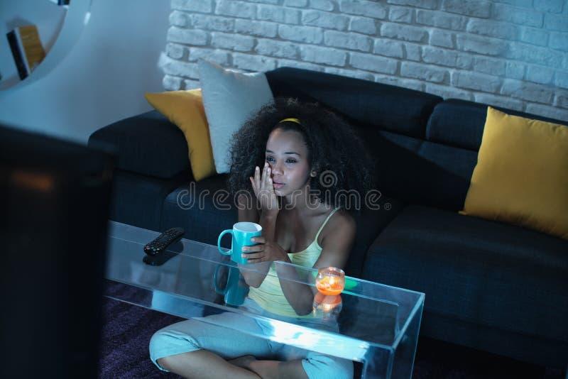 Programa televisivo e grito de observação do drama da mulher negra triste fotografia de stock royalty free