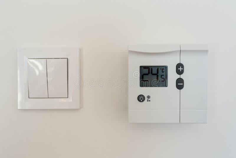 Programable digital del termóstato en la pared foto de archivo libre de regalías