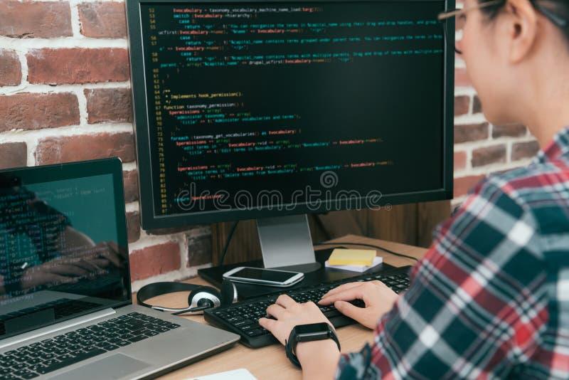Programador bonito do trabalhador de mulher que usa o computador fotografia de stock