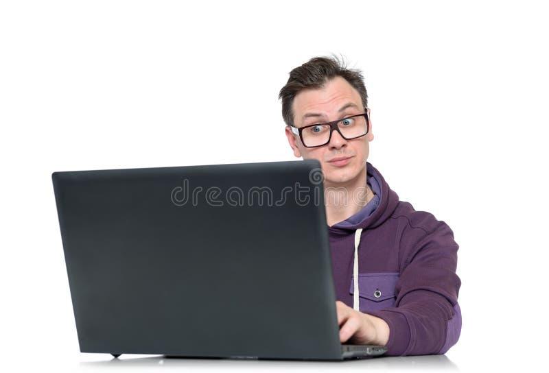 Programador con el ordenador portátil en el fondo blanco imagen de archivo