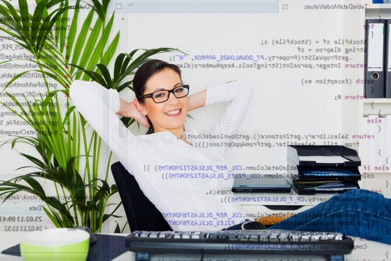Programador de computador relaxado foto de stock royalty free