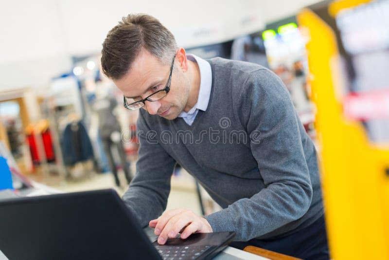 Programador de sexo masculino en el trabajo fotos de archivo