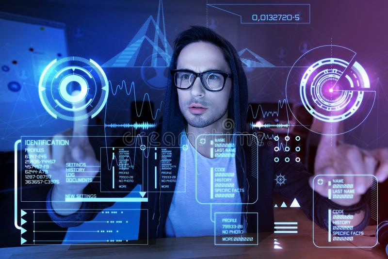 Programador entusiástico que toca na tela transparente imagens de stock royalty free