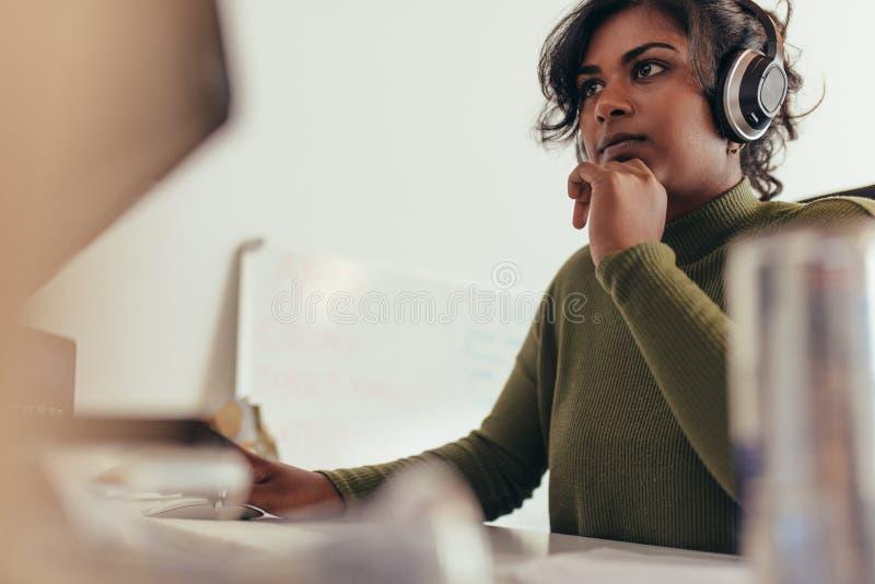 Programador fêmea que trabalha no computador imagem de stock