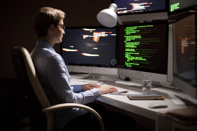 Programador fêmea Wrapped acima no trabalho fotografia de stock