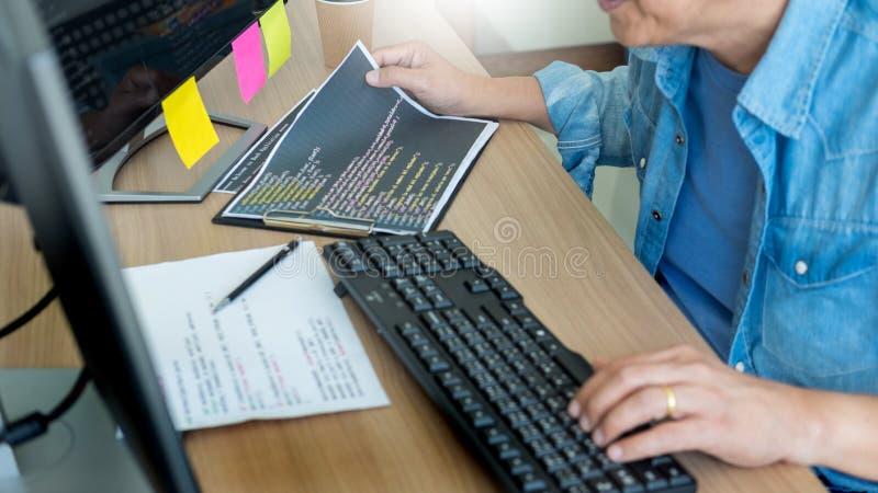 Programador Outsource Developer que cifra diseño de la página web de las tecnologías Software de aplicación móvil, concepto ciber foto de archivo libre de regalías