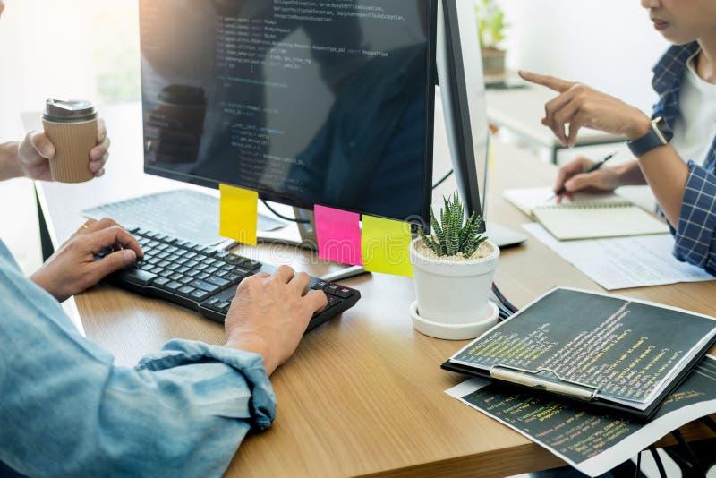 Programador Outsource Developer Team que codifica o projeto do Web site das tecnologias Software de aplicação móvel, conceito do  fotos de stock royalty free