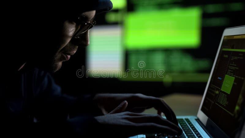Programador que corta el sistema de seguridad, teledirigido desautorizado de la base de datos fotografía de archivo