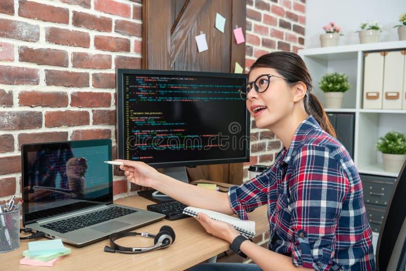 Programador que exhibe y que representa fotografía de archivo libre de regalías