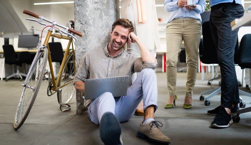 Programador que trabaja en una oficina de la compa??a del software que se convierte imagen de archivo libre de regalías