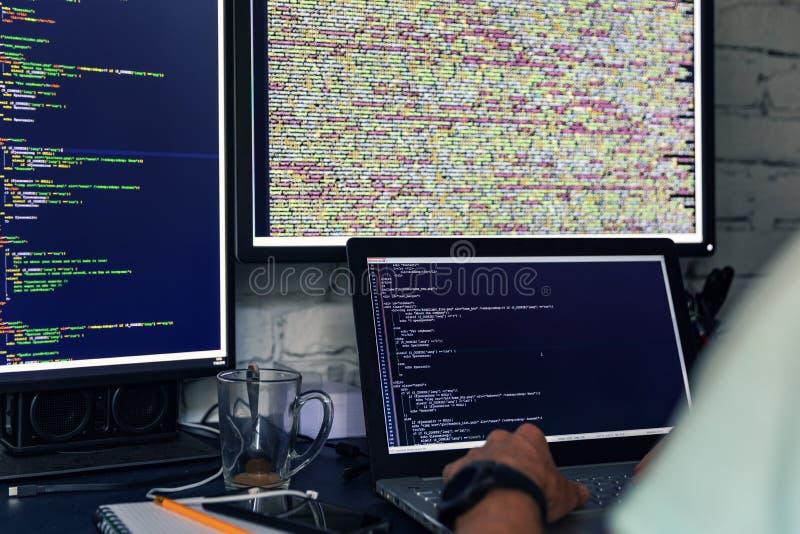 Programador que trabalha em computadores múltiplos foto de stock royalty free