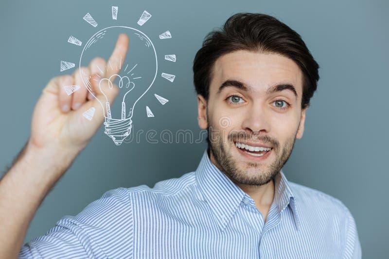 Programador web criativo que sente feliz ao obter uma ideia incomum imagens de stock royalty free