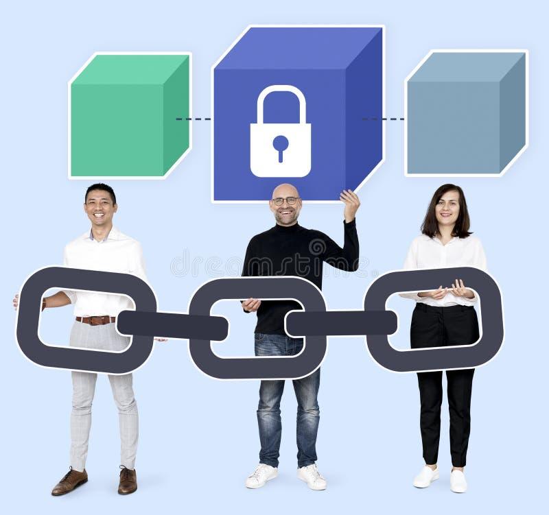 Programadores com um blockchain seguro foto de stock royalty free