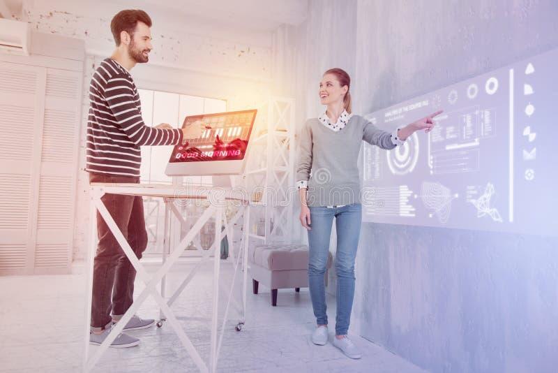 Programadores de software emocionais que sorriem ao trabalhar junto fotografia de stock