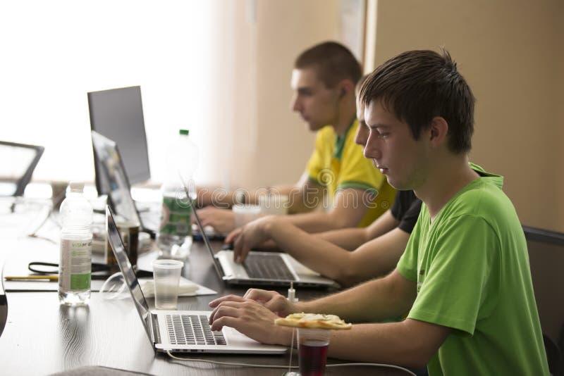 Programadores en el trabajo fotos de archivo