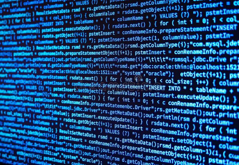 Programe el código de datos del ordenador de fuente en la pantalla de monitor en azul stock de ilustración