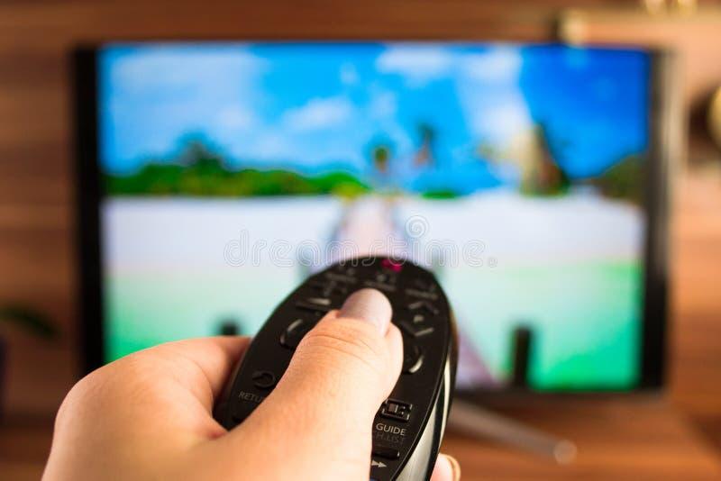 Programe o interruptor ou o botão que pressionam no controlo a distância da tevê fotografia de stock royalty free