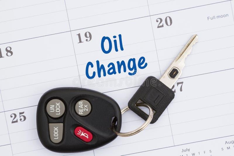 Programe uma mudança de óleo com o calendário mensal com chaves do carro fotografia de stock royalty free