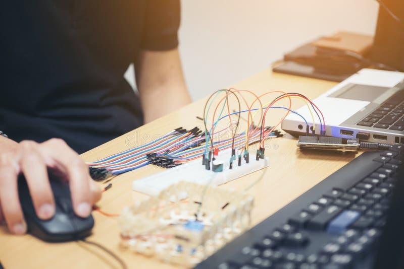 Programer车间电子控制成套工具DIY上平的布局 免版税图库摄影