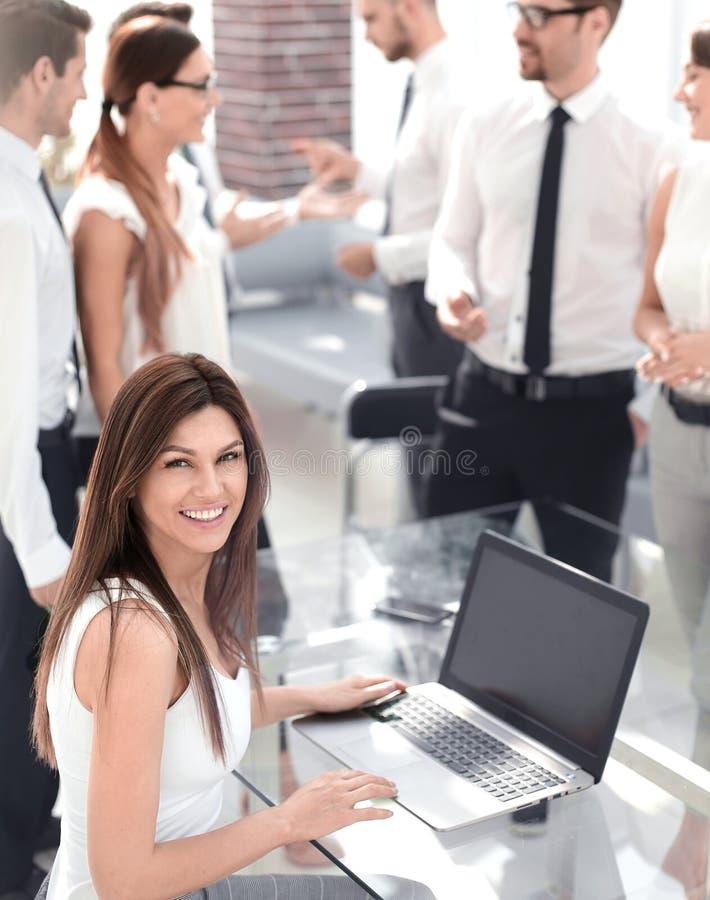 Programista pracuje przy rozwój oprogramowania firmy biurem zdjęcia stock
