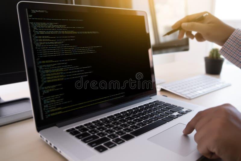 Programista pracuje Rozwija programowanie technologii sieć Desig zdjęcia royalty free