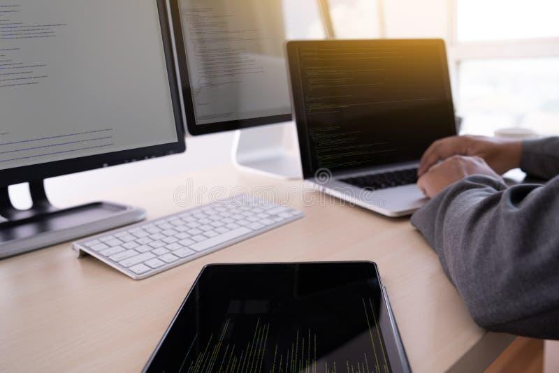 Programista pracuje Rozwija programowanie technologii sieć Desig obrazy royalty free