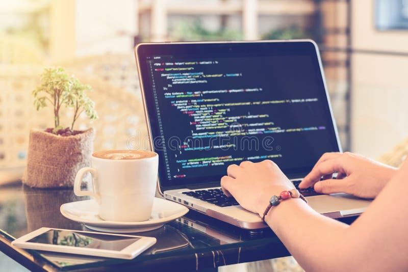 Programisty źródła pisać na maszynie kody w sklep z kawą Studiowanie, działanie, technologia, Freelance praca, sieć projekta bizn obrazy royalty free
