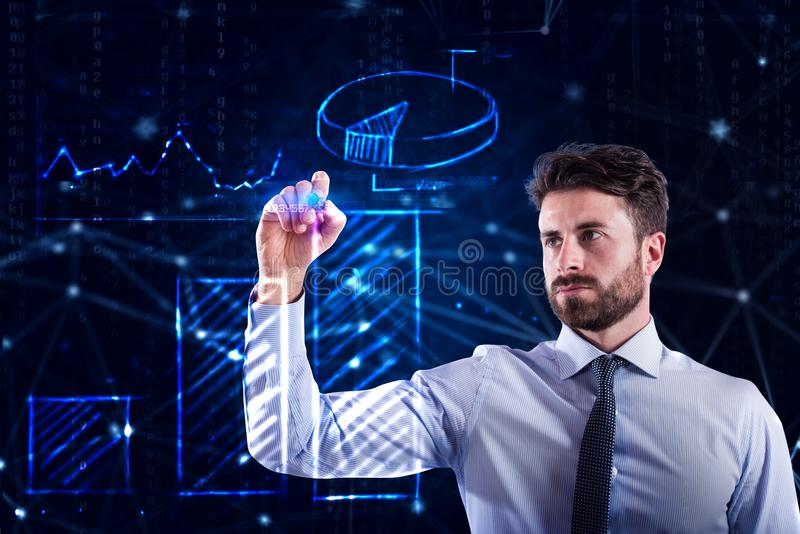 Programisty mężczyzna pracuje z laptopem na sieci statystykach obraz stock