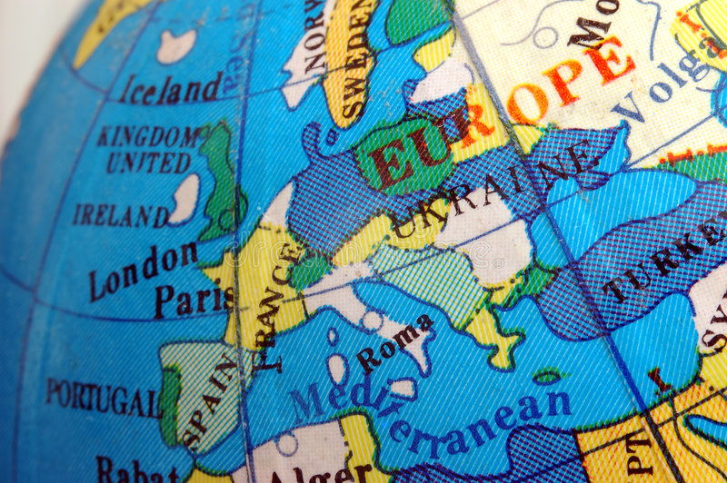 Programma dell'Europa sul piccolo globo terrestre immagine stock libera da diritti