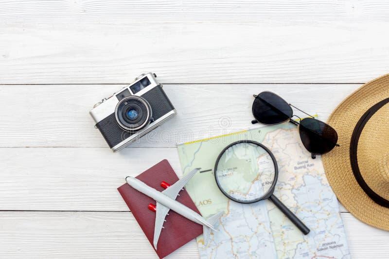 Programma di corsa Vacanze estive di viaggi di pianificazione del viaggiatore con gli accessori del viaggiatore, la retro macchin immagini stock